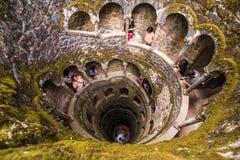 Påbörjandet väl av Quinta da Regaleira i Sintra Djupet av brunnen är 27 meter Det förbinder med annat gräver till och med u Arkivbild
