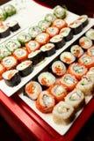 påfyllda sushi för naturligt foto för fält för färgdjup grunda table vertikal sikt Royaltyfria Foton