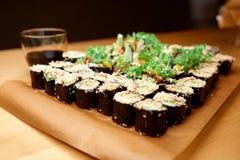 påfyllda sushi för naturligt foto för fält för färgdjup grunda table vertikal sikt Arkivbilder