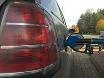 Påfyllning av bilen på bensinstationen royaltyfria bilder