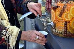 Påfyllning av ett exponeringsglas av vatten från klappet Royaltyfria Bilder