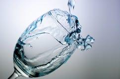 Påfyllning av ett exponeringsglas med vatten Arkivfoton