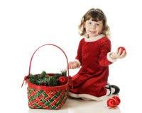 Påfyllning av julkorgen Arkivfoto