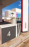 Påfyllning av kolonnen med olika bränslen på bensinstationen Lukoi Royaltyfria Bilder