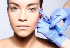 Påfyllning av skrynklor, galandes fot, injektion av botox Royaltyfri Fotografi