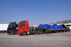 Påfyllning i storformat eller ovanlig eskortfartyg En lastbil med en special halv-släp för transportering av överdimensionerade p arkivfoton