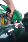 Påfyllning på bensinstationen Arkivbild