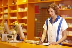 påfyllning ut av pharmacisten Fotografering för Bildbyråer