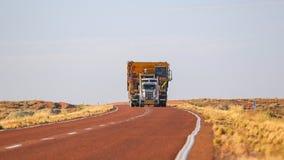 Påfyllningen bär den i storformat för lastbilen överdimensionerad last royaltyfri fotografi