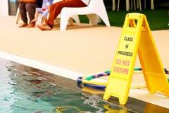 Pågående grupp störer inte tecknet på simbassängen fotografering för bildbyråer