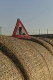 Pågående roadsign för arbete över sugrörrundabaler Royaltyfri Fotografi