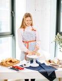 Pågående stekheta muffin Plats av att förbereda muffin för bärfyllning Arkivfoton