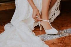 Pålagd brud- detalj en sko på ett lantligt golv royaltyfri fotografi
