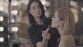 Pålagd flicka makeupen arkivfilmer