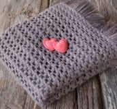 Pålagd hjärta en halsduk. Arkivbild