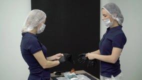 Pålagd maskering för doktor och för assistent lager videofilmer