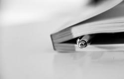 Pålagd penna closeupen för stängd bok Arkivfoton