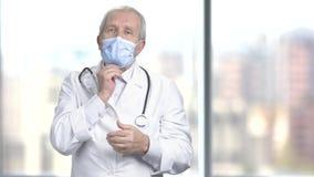 Pålagd skyddande blå medicinsk maskering för doktor stock video
