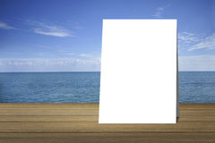 Pålagd wood tabell för vit affisch och härligt fredhav i bakgrund produktskärmmall 3d business dimensional presentation render sh Royaltyfri Foto