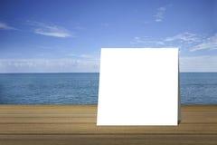 Pålagd wood tabell för vitt kort och härligt fredhav i bakgrund produktskärmmall 3d business dimensional presentation render shap Arkivbilder