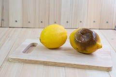 Pålagt hugga av kvarter för ny och rutten citron Arkivfoto
