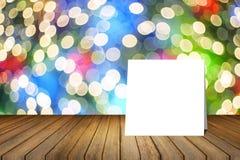 Pålagt träskrivbord för vitt kort mot suddigt abstrakt begrepp ut ur bakgrund för fokusbokehljus bruk för gåva eller åtlöje upp d Royaltyfri Fotografi