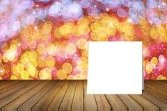 Pålagt träskrivbord för vitt kort mot suddigt abstrakt begrepp ut ur bakgrund för fokusbokehljus bruk för gåva eller åtlöje upp d Royaltyfri Bild
