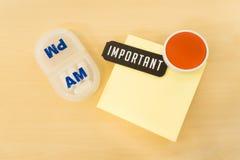 Påminnelsepreventivpillerask med viktigt ord och stort rött leende på Yello Arkivfoto