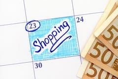 Påminnelseshopping i kalender med sedlar av 50 euro Arkivbilder