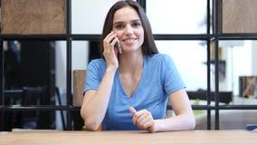 Påringning affärskvinna som talar på Smartphone, inomhus Arkivbild