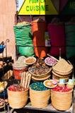 Påsar av färgade kryddor i liten moroccan shoppar i marrakesh Royaltyfri Foto