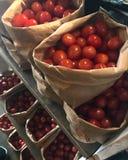 Påsar av körsbärsröda tomater Arkivfoto