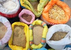Påsar av korn på marknaden Arkivbilder