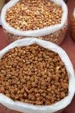 Påsar av torra grillade cashewmuttrar Arkivbild