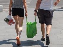 Påsar för en shopping för par bärande royaltyfria foton