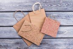 Påsar för shopping för Kraft papper på träbakgrund royaltyfria foton