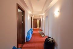 Påsar med sänglinne och stegen är på golvet av hallet i hotellet under under-renovering och konstruktion Royaltyfri Fotografi