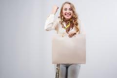 Påsar och glädje för shopping för shoppingkvinna hållande Royaltyfri Fotografi