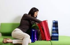 påsar som kontrollerar shoppingkvinnan arkivbilder