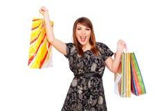 påsar som rymmer den glada shoppingkvinnan ung Arkivbild