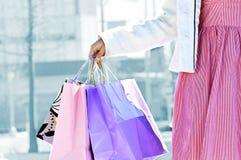påsar som rymmer shoppingkvinnan Royaltyfria Foton