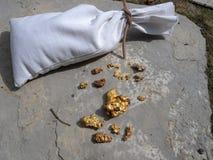 Påse av naturlig guld Arkivfoton
