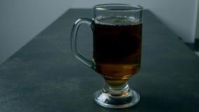 Påse av te i varmvatten i hög hastighet stock video