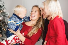 Påse för gåva för julfamilj öppen närvarande, julgraninre arkivfoto