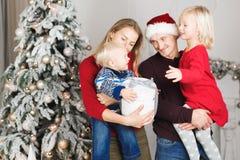 Påse för gåva för julfamilj öppen närvarande, julgraninre royaltyfri foto