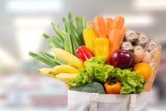 Påse för shopping för Eco dagbruk med grönsaklivsmedelsbutikshopping i sup Arkivfoton