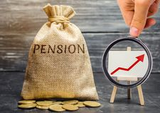 Påse med pengar och ordpensionen och upp pil med mynt Öka pensionbetalningar Sparande pengar, avgång framtida investering royaltyfri foto