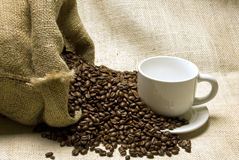 Påsen av bönor med kaffe rånar mycket och tefatet Fotografering för Bildbyråer