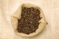 Påsen av bönor med kaffe rånar mycket och tefatet Arkivfoton