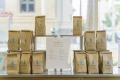 Påsen av kaffe för den hela bönan av de berömda blåtten buteljerar kaffe arkivfoto